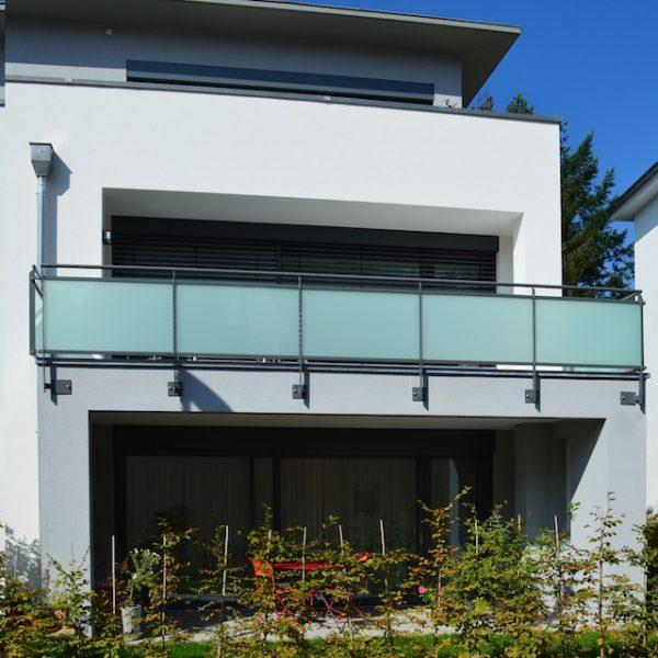 frontansicht-glasgelaender-auf-balkon